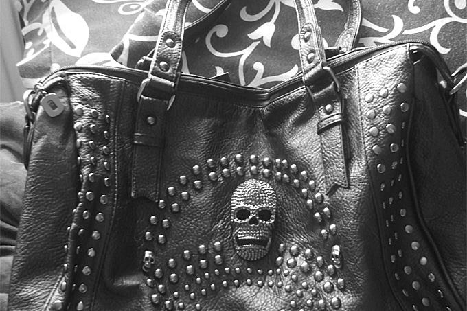 3aa1c441573f8 Tasche mit Totenkopf Motiv - Das neue Must-Have